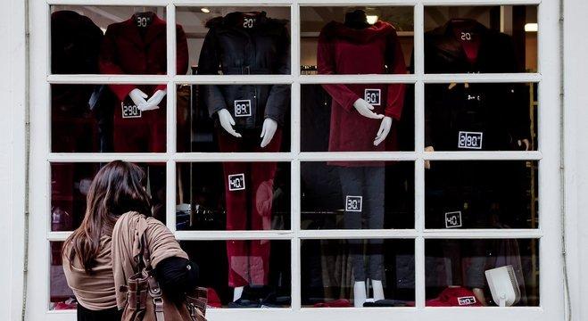 Consumidora observa vitrine em Campos do Jordão (SP). Setor têxtil quer minimizar perdas