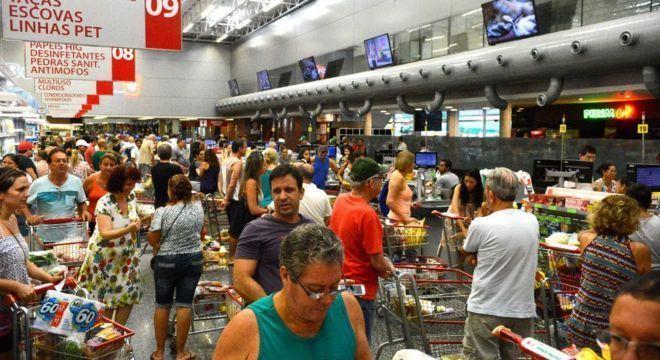 Consumidores em supermercado, em foto de arquivo; já há áudios falsos de WhatsApp sugerindo 'corrida' às compras por causa da greve de caminhoneiros