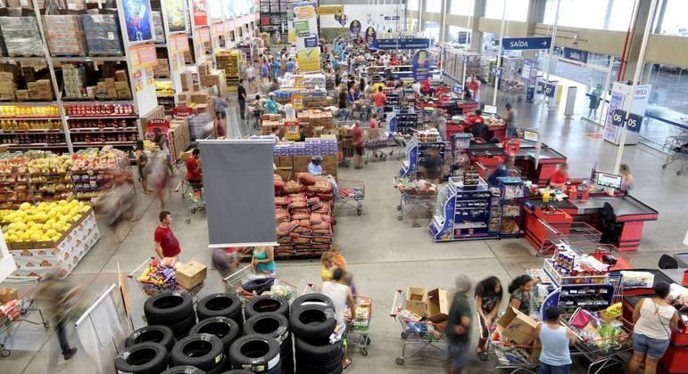 Consumidores fazem compras em supermercado em São Paulo