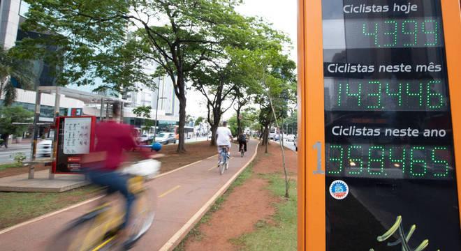 Um contador registra o número de bicicletas que passam pela ciclovia
