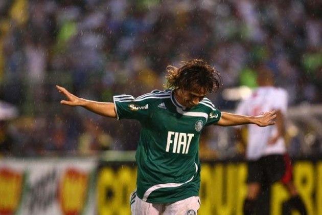 Contratado em 2006, Valdívia conquistou rapidamente a torcida do Palmeiras. Em 2009, porém, foi negociado com o Al Ain, dos Emirados Árabes. Sua volta, no entanto, não demorou muito. Em 2010 o chileno acertou o seu retorno ao clube paulista, conquistando duas Copas do Brasil (2012 e 2015) com o Verdão.