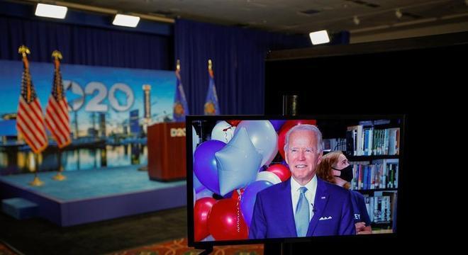 Biden aparece em TV no Centro de Eventos de Milwaukee, sede da convenção democrata