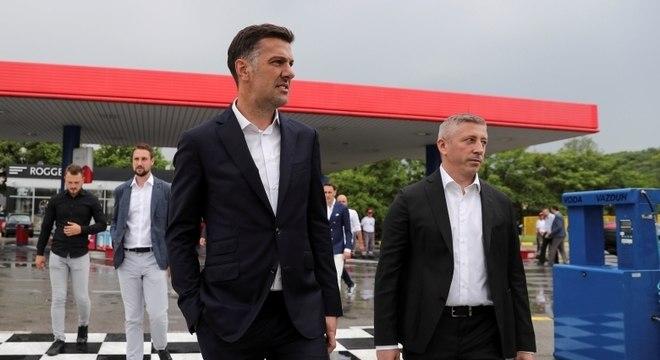 Técnico da Sérvia, Mladen Krstajić (à esq.) anunciou 27 nomes em um posto de gasolina