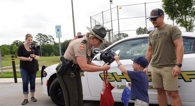 O menino também ganhou presentes dos oficiais
