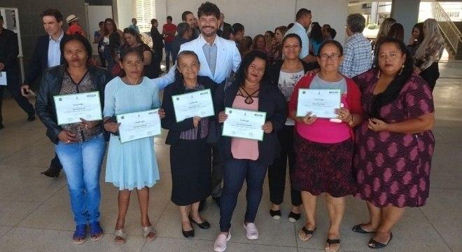 Lúcia (ao centro) posa com certificado, ao lado de suas colegas de cooperativa