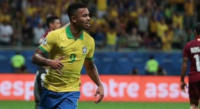 Gabriel Jesus entrou no 2º tempo e fez gol anulado pelo VAR