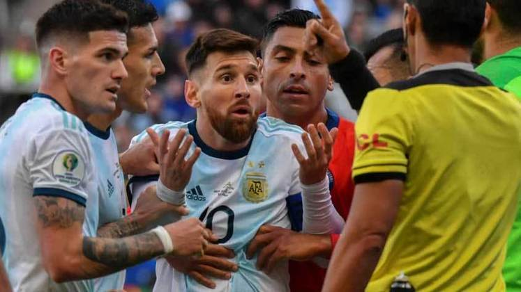 Copa América Brasil - 2019: Irritado com a falta de apoio e as polêmicas envolvendo a Federação Argentina de Futebol, Messi se afastou por período indeterminado da Seleção, mas retornou pouco antes da Copa América. No torneio disputado no Brasil, Messi não foi bem, marcando apenas um gol, e a Albiceleste caiu para o Brasil nas semifinais.