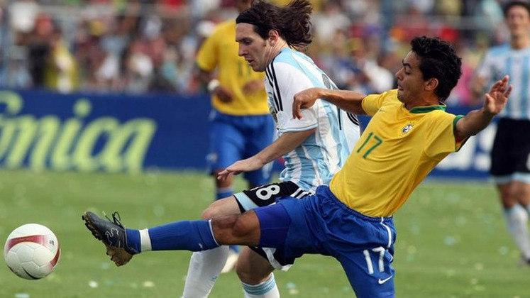 Copa América Venezuela - 2007: Messi passou em branco na fase de grupos da Copa América disputada na Venezuela. Ele fez seu primeiro gol na competição na goleada de 4 a 0 contra o Peru, nas quartas de final. No entanto, a Albiceleste foi goleada pelo Brasil na final, por 3 a 0.