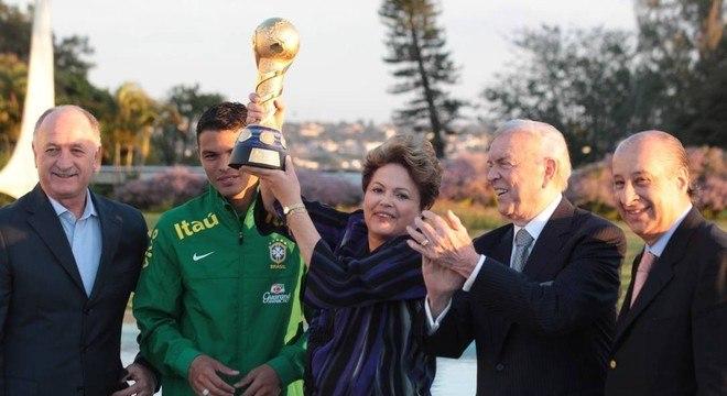 Dilma levanta a taça das Confederações. O início dos 7 a 1, que a Globo não mostra