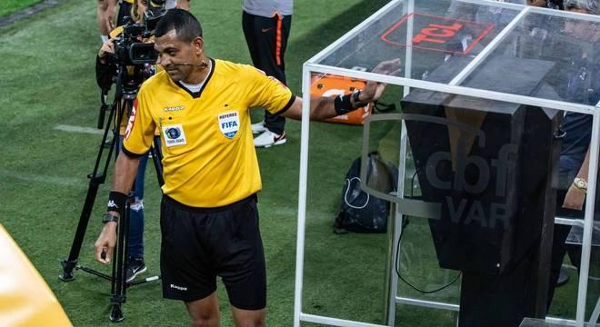 Resultado de imagem para árbitro consultando o VAR na final da copa do brasil