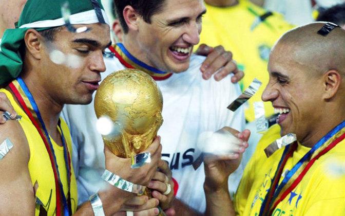 Copa do Mundo: 2002 - Denílson fez parte do grupo pentacampeão mundial com a seleção brasileira ao derrotar a Alemanha por 2 a 0 na final. Ele também ficou marcado com sua habilidade ao ser perseguido por cinco adversários contra a Turquia.