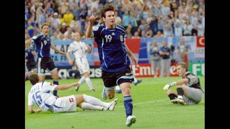 Copa do Mundo Alemanha - 2006: Messi vinha ganhando cada vez mais protagonismo no Barcelona, e dessa forma, José Pekerman, então técnico da Seleção Argentina, convocou Lionel para a Copa do Mundo de 2006. Sua estreia foi na segunda partida, contra Sérvia e Montenegro, onde se tornou o quinto jogador mais novo a marcar em uma Copa do Mundo. Contudo, Messi ainda figurava entre os reservas, e a Albiceleste foi eliminada nos pênaltis pela Alemanha, nas quartas de final.