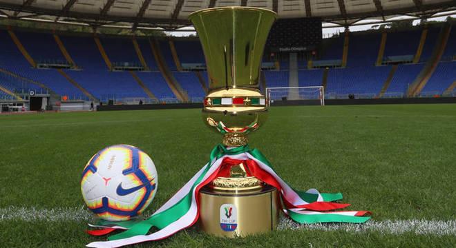No gramado do Olímpico, a taça da Copa Itália