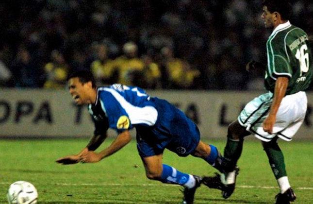 Copa Libertadores de 2001 - Em 2001, O Palmeiras seguiu buscando o seu segundo título da Libertadores, mas novamente foi parado pelo Boca Juniors. Dessa vez, na semifinal. Após se classificar em primeiro no Grupo 2 e eliminar o São Caetano e o Cruzeiro, o time de Celso Roth empatou por 2 a 2 com os Xeneizes