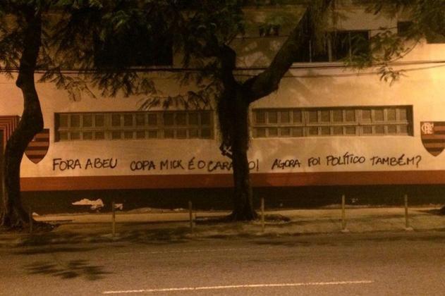 'Copa Mick': após diretor do clube afirmar que pichação não tinha sido feita por torcedores, flamenguistas picharam muro da Gávea com erros de português.