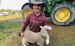 Em entrevista à publicação, Marshall Bowey, proprietário do animal, disse que o cordeiro 'andava um pouco estranho' quando nasceu