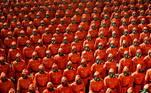 Estudantes com fuzis, funcionários com máscaras de gás e trajes de proteção de cor laranja e unidades paramilitares mecanizadas desfilaram na capital, enquanto os participantes e o público compareceram ao evento sem máscaras contra a covid-19, segundo imagens divulgadas pela agência