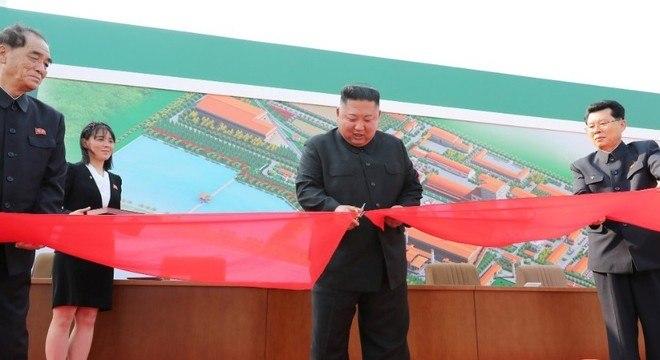 Kim Jong-un corta a fita em inauguração de fábrica de fertilizantes