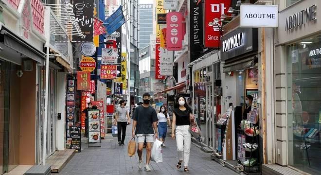 Pessoas usam máscara para ir aos comércios na Coreia do Sul