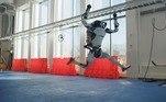 Segundo o site da empresa, o Atlas, projetado para umavariedade de tarefas de busca e salvamento, é o robô humanoide mais dinâmico domundo, capaz, inclusive, de dar saltos e cambalhotas