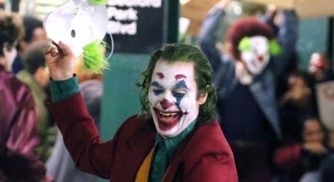 O personagem Coringa, interpretado por Joaquin Phoenix, pode ter 'crise de epilepsia gelástica'