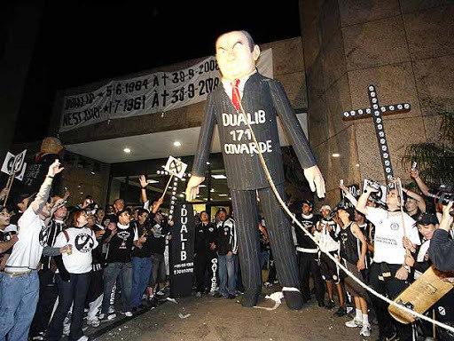 Organizadas obrigaram Alberto Dualib a renunciar. A pressão foi insuportável