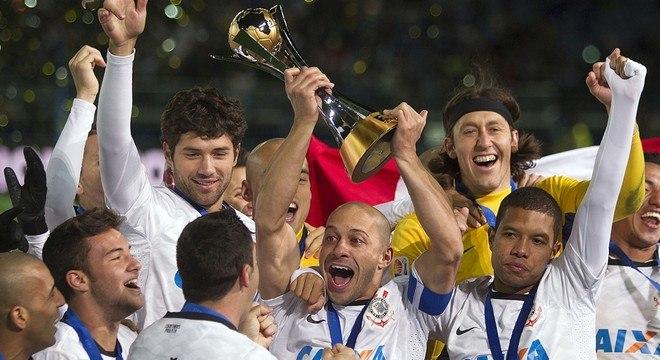 O troféu que representa a maior conquista do Corinthians. Penhorado