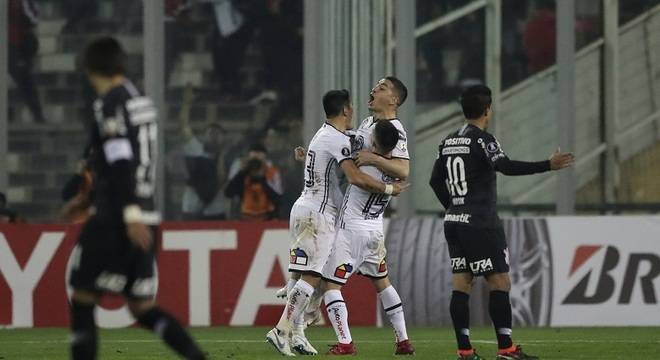 O Corinthians foi dominado pelo Colo Colo. O time, enfraquecido, mereceu perder