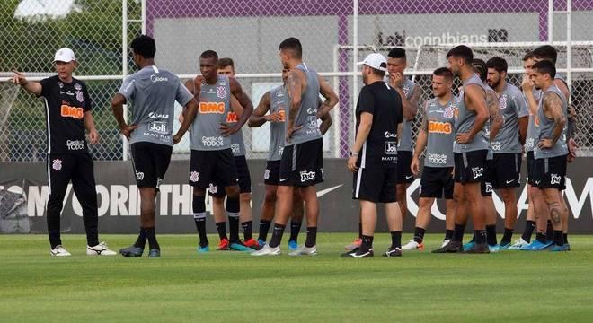 Técnico Tiago Nunes prepara equipe para enfrentar o Coritiba