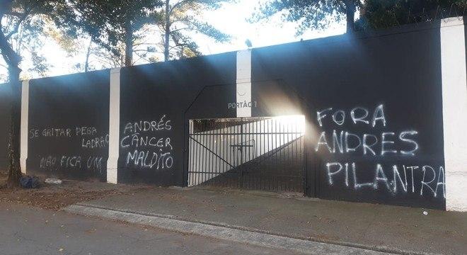 Pichações expõem o presidente. Cunho político não criou as dívidas