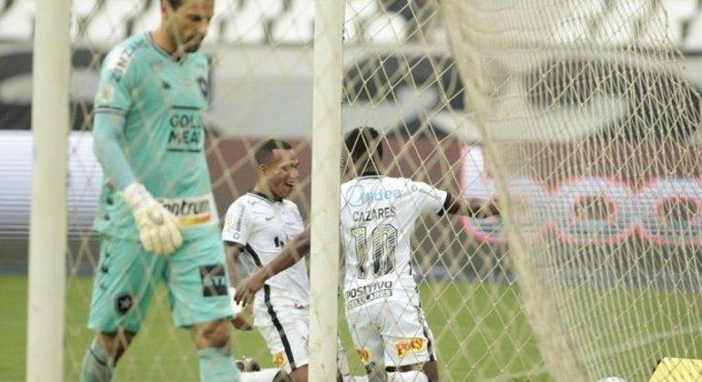 Corinthians não deu chance para o Botafogo. Cazares, de cabeça, deu início à vitória