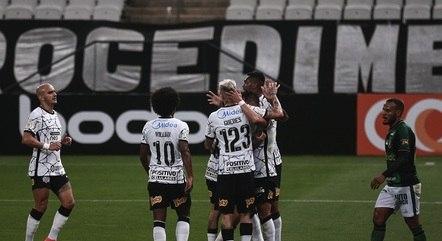 Corintianos comemoram primeiro gol de Giuliano com a camisa do clube