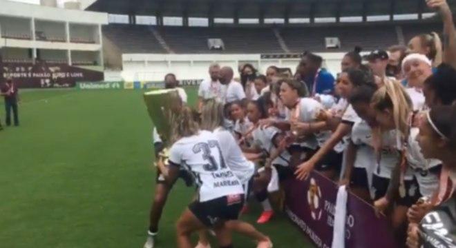Jogadoras do Corinthians levantam a taça do bicampeonato paulista