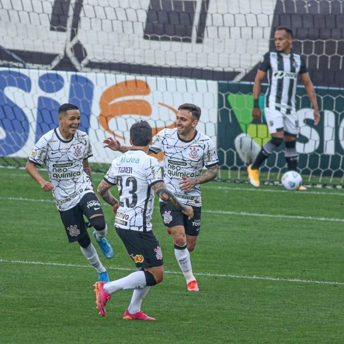 Adson (à esq.) comemora gol na vitória do Corinthians sobre o Ceará, em SP