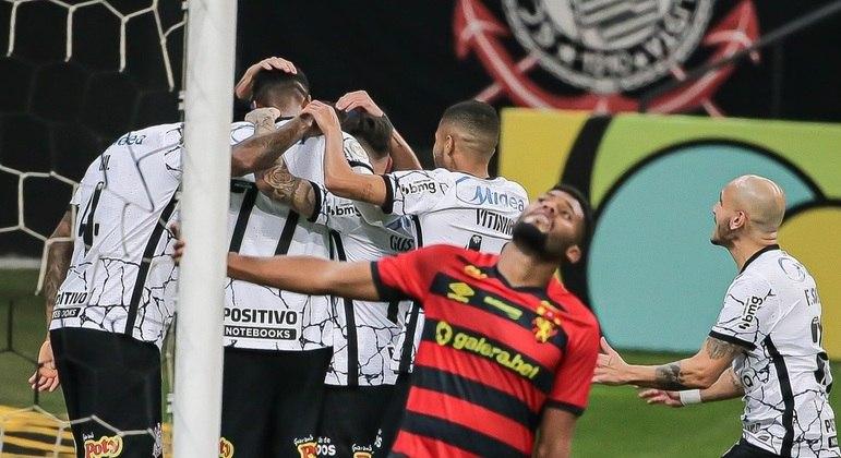 Jogadores do Corinthians comemoram  gol marcado contra o Sport