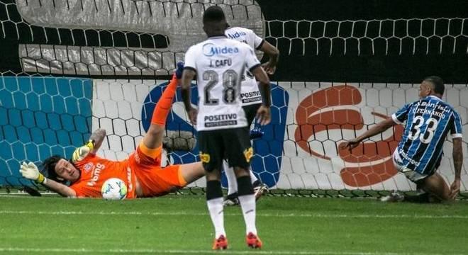Cássio salva o Corinthians de sofrer gol em finalização de Luiz Fernando