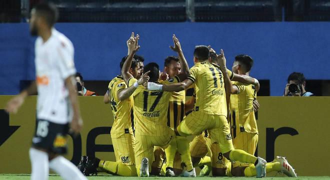 Jogadores do Guaraní comemoram gol da vitória sobre o Corinthians