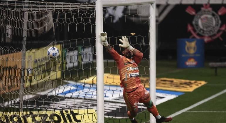 Roger Guedes bateu com estilo na bola e empatou para o Corinthians em cobrança de falta no ângulo