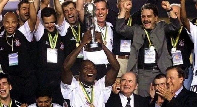 Rincón foi o responsável por erguer a taça do Mundial de Clubes de 2000