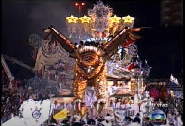 """Corinthians: O Timão recebeu uma homenagem da escola de samba paulista Gaviões da Fiel, em 2010. Naquele ano, a equipe comemorava 100 anos.  """"Corinthians é o meu amor. O samba é minha paixão. Eu bato no peito e digo para o mundo: o meu orgulho de ser Gavião""""."""