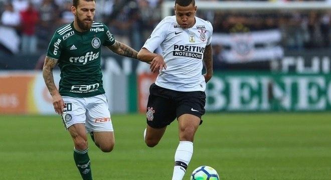 Lucas Lima disputa bola com Sidcley na vitória do Corinthians