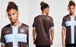 A última terceira camisa do Corinthians trouxe o preto como cor dominante, somado a uma cruz azul no centro do uniforme. O modelo é uma homenagem aoCorinthians-Casuals, da Inglaterra, clube que inspirou o nome de batismo do Timão
