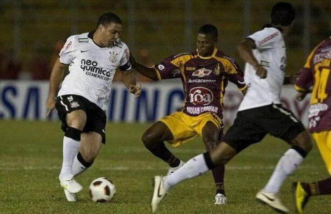 Em 2011, com um elenco cheio de estrelas, como Roberto Carlos e Ronaldo, o Corinthians chegava como um dos favoritos na competição. Porém, tinha antes que passar da pré-Libertadores, e o adversário era o desconhecido Desportes Tolima. O resultado foi um empate no Pacaembu no jogo de ida e uma derrota por 2 a 0 na Colômbia, resultando na eliminação alvinegra