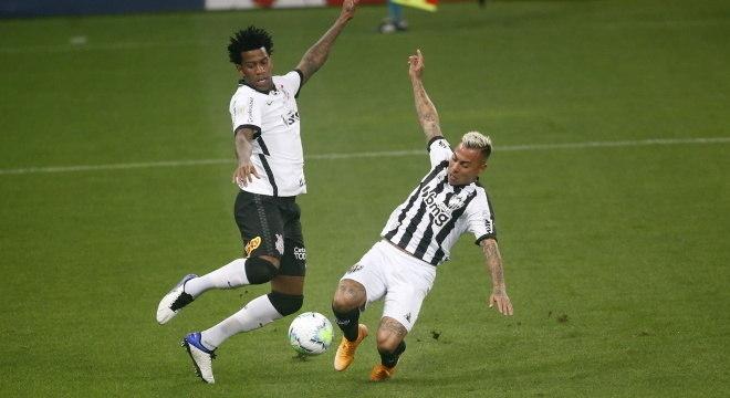 Atlético reclamou muito de pênalti de Gil, do Corinthians, em Eduardo Vargas