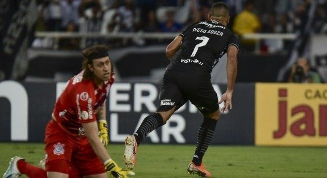 Diego Souza vence Cássio e marca o gol da vitória ao Botafogo sobre o Corinthians