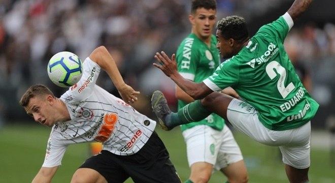 Carlos Augusto (esq.) fez o gol que valeu a 1ª vitória do Corinthians no Brasileiro