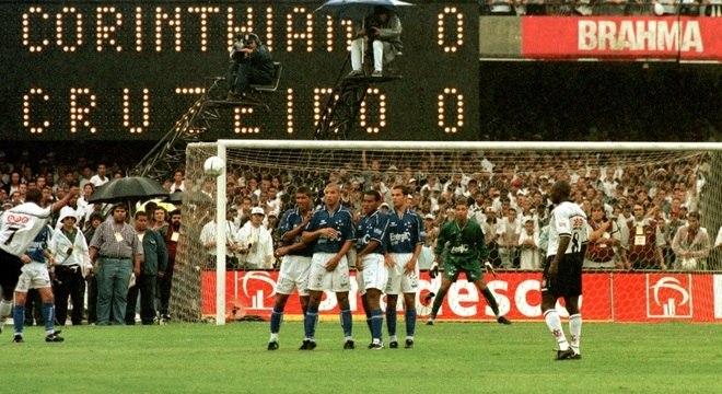 Marcelinho Carioca, do Corinthians, cobra falta na final do Brasileirão 1998
