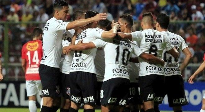 Corintianos festejam a goleada que garantiu o time nas oitavas da Copa Libertadores