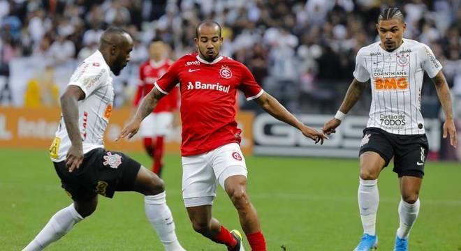 Corinthians e Internacional empatam sem gols em partida fraca tecnicamente