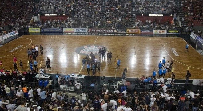Contusão de árbitro atrasou reinício da final no ginásio do Corinthians em 1h15
